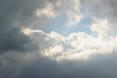 Ήλιος που απεικονίζεται φωτεινός στα σύννεφα στον ουρανό Στοκ φωτογραφία με δικαίωμα ελεύθερης χρήσης