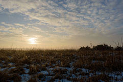 Ήλιος που αυξάνεται σε ένα κρύο και ομιχλώδες πρωί που λειώνει το χιόνι και το crea Στοκ εικόνα με δικαίωμα ελεύθερης χρήσης