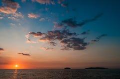 Ήλιος που θέτει κάτω από τον ορίζοντα από το νησί δύο Στοκ Φωτογραφίες