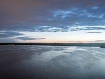 Ήλιος που θέτει πέρα από μια λίμνη στα ξύλα, στο καλοκαίρι Στοκ εικόνες με δικαίωμα ελεύθερης χρήσης