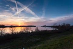 Ήλιος που θέτει πέρα από τον ποταμό Στοκ εικόνες με δικαίωμα ελεύθερης χρήσης