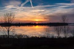 Ήλιος που θέτει πέρα από τον ποταμό Στοκ φωτογραφία με δικαίωμα ελεύθερης χρήσης