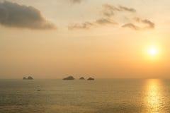 Ήλιος που θέτει στη θάλασσα στο νησί Samui, Ταϊλάνδη Στοκ Εικόνες