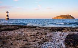 Ήλιος που θέτει στο νησί Puffin, βόρεια Ουαλία Στοκ Εικόνες