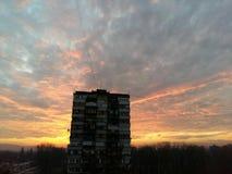 Ήλιος που τίθεται πέρα από την πόλη Στοκ Εικόνα