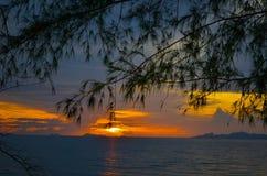 Ήλιος που τίθεται σε ένα από το μετα δημοφιλές νησί στην Ταϊλάνδη Στοκ Εικόνες