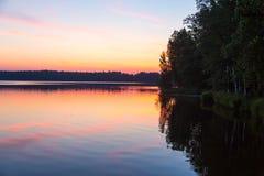 Ήλιος που τίθεται στη λίμνη στο δάσος Στοκ Εικόνα
