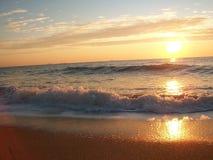 Ήλιος πρωινού αύξησης με την κυματωγή θάλασσας Στοκ εικόνα με δικαίωμα ελεύθερης χρήσης