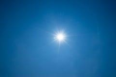 Ήλιος στο σαφή μπλε ουρανό Στοκ Φωτογραφία