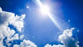 ήλιος & σύννεφο στον ουρανό στοκ εικόνες