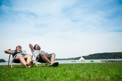 ήλιος χαλάρωσης ζευγών Στοκ φωτογραφία με δικαίωμα ελεύθερης χρήσης