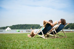 ήλιος χαλάρωσης ζευγών Στοκ εικόνες με δικαίωμα ελεύθερης χρήσης