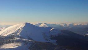 Ήλιος χιονιού χειμερινών βουνών απόθεμα βίντεο