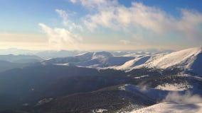 Ήλιος χιονιού χειμερινών βουνών φιλμ μικρού μήκους