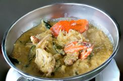 Ή σιγοβράστε στο μαγείρεμα του καβουριού, stew καβουριών stewCrab Σιγοβράστε το μαλακό καβούρι που βράζεται στο γάλα καρύδων με τ στοκ εικόνες