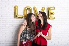 Ίδια έννοια αγάπης φύλων Δύο όμορφα κορίτσια γυναικών θηλυκών από την κοινότητα lgbt με μακρύ πανέμορφο στις 14 Φεβρουαρίου ευτυχ Στοκ Εικόνα