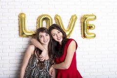 Ίδια έννοια αγάπης φύλων Δύο όμορφα κορίτσια γυναικών θηλυκών από την κοινότητα lgbt με μακρύ πανέμορφο στις 14 Φεβρουαρίου ευτυχ Στοκ φωτογραφία με δικαίωμα ελεύθερης χρήσης