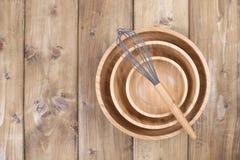 Ίδια ξύλινα πιάτα των διαφορετικών μεγεθών, corolla για το μαγείρεμα σε ένα ξύλινο υπόβαθρο Φυσικά υλικά στο σπίτι και στοκ εικόνα