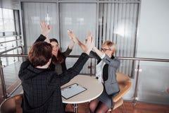 ίδρυση επιχείρησης Ομάδα νέου αρχιτέκτονα στο γραφείο ομάδα συνέταιρων που δίνουν υψηλά πέντε Στοκ Φωτογραφίες
