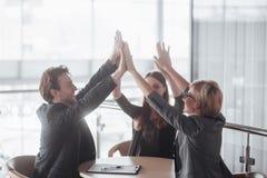 ίδρυση επιχείρησης Ομάδα νέου αρχιτέκτονα στο γραφείο ομάδα συνέταιρων που δίνουν υψηλά πέντε Στοκ Εικόνες