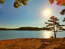 λίμνη πέρα από τον ήλιο στοκ φωτογραφίες