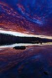 λίμνη πέρα από το ηλιοβασίλεμα στοκ εικόνες