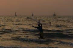 λίμνη ψαράδων βραδιού ακτών στοκ εικόνα με δικαίωμα ελεύθερης χρήσης