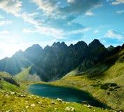 Ίνα ραφίας κορυφογραμμών βουνών με το pleso Hincovo λιμνών στο ηλιοβασίλεμα, υψηλό Tatras, Σλοβακία Στοκ φωτογραφίες με δικαίωμα ελεύθερης χρήσης