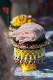 δίσκος του δώρου από το νεόνυμφο στη νύφη Στοκ Φωτογραφία