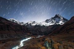 Ίχνη αστεριών άνω των Mt Machapuchare 6,993m από το στρατόπεδο βάσεων Annapurna, Νεπάλ Στοκ εικόνα με δικαίωμα ελεύθερης χρήσης