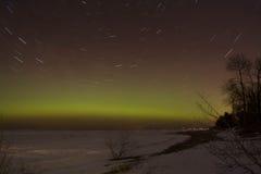 Ίχνη αστεριών με την αυγή Borealis Στοκ φωτογραφία με δικαίωμα ελεύθερης χρήσης