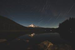 Ίχνη αστεριών πέρα από την κουκούλα υποστηριγμάτων στη λίμνη Trillium, Όρεγκον Στοκ Εικόνες