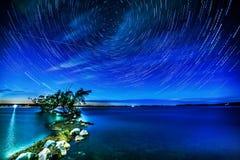 Ίχνη αστεριών πέρα από τη λίμνη ρυζιού Στοκ Φωτογραφίες
