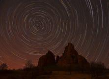 Ίχνη αστεριών πέρα από τους βράχους Στοκ Εικόνες