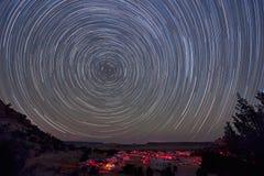 Ίχνη αστεριών πέρα από το συμβαλλόμενο μέρος αστεριών στοκ φωτογραφία με δικαίωμα ελεύθερης χρήσης