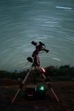 Ίχνη αστεριών πέρα από το τηλεσκόπιο Στοκ Φωτογραφία
