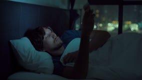 Ίχνη ατόμων επάνω τη νύχτα για να ελέγξει έξω το smartphone του απόθεμα βίντεο