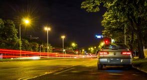 Ίχνη αυτοκινήτων στη νύχτα με τη μακροχρόνια έκθεση Στοκ Εικόνες