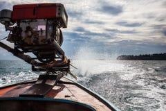 Ίχνη αφρού νερού από τη μακριά μηχανή βαρκών ουρών Στοκ φωτογραφία με δικαίωμα ελεύθερης χρήσης