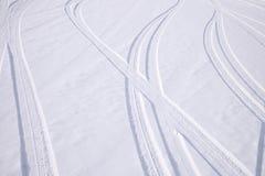 Ίχνη διατομής των τόξων των αυτοκινητικών ροδών στο φρέσκο χιόνι στοκ φωτογραφία