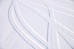 Ίχνη διατομής των τόξων των αυτοκινητικών ροδών στο φρέσκο χιόνι στοκ φωτογραφία με δικαίωμα ελεύθερης χρήσης