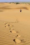 Ίχνη ενός νέου αγοριού στους αμμόλοφους άμμου, αμμόλοφοι του SAM Thar Deser Στοκ Φωτογραφίες