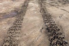 Ίχνη διαδρομών του Caterpillar στο έδαφος Στοκ Εικόνες
