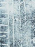 Ίχνη ροδών στο μην καθαρισμένο παγωμένο δρόμο στοκ φωτογραφίες με δικαίωμα ελεύθερης χρήσης