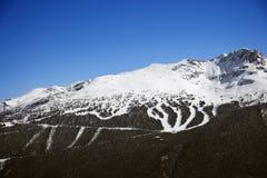 ίχνη σκι βουνών στοκ φωτογραφία