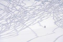 Ίχνη σκι και ένας μικρός αριθμός του σκιέρ freeride στοκ εικόνα με δικαίωμα ελεύθερης χρήσης