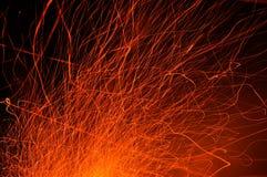 Ίχνη σπινθήρων από την πυρκαγιά τη νύχτα στοκ φωτογραφία με δικαίωμα ελεύθερης χρήσης