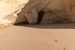 Ίχνη στην αμμώδη παραλία Στοκ εικόνες με δικαίωμα ελεύθερης χρήσης