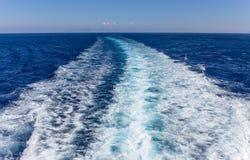 Ίχνη στον ωκεανό που γίνεται με το κρουαζιερόπλοιο Στοκ εικόνα με δικαίωμα ελεύθερης χρήσης