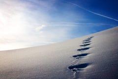 ίχνη στο χιόνι με τον όμορφο ουρανό στα ευρωπαϊκά όρη το χειμώνα στοκ εικόνα με δικαίωμα ελεύθερης χρήσης